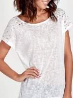 Biały t-shirt z kryształkami na rękawach