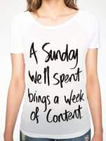 Biały t-shirt z napisem A SUNDAY