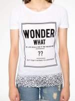 Biały t-shirt z napisem WONDER WHAT?