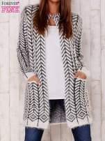 Biały wełniany sweter z kieszeniami