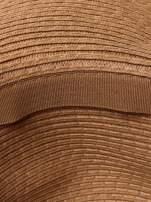 Brązowy kapelusz z dużym rondem i dżetami