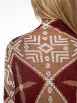 Brązowy sweter narzutka w azteckie wzory z frędzlami