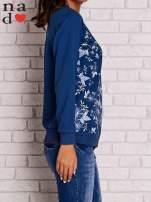 Ciemnoniebieska bluza z kwiatowym nadrukiem