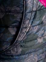 Ciemnoniebieska kurtka puchowa z motywem kwiatowym