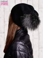 Czarna czapka z futrzanym pomponem
