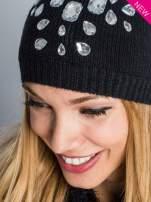 Czarna czapka z kryształami z przodu