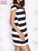 Czarna sukienka w paski ze sznurowanym dekoltem