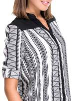 Czarno-biała koszula w geometryczne wzory