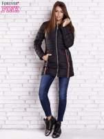 Czarny pikowany płaszcz ze złotymi suwakami