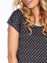 Czarny t-shirt we wzór geometryczny