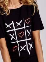 Czarny t-shirt z motywem serce i krzyżyk