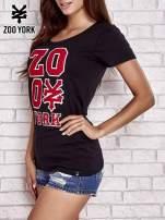 Czarny t-shirt z naszytym napisem