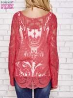 Czerwony ażurowy sweterk mgiełka z rozszerzanymi rękawami
