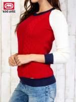 Czerwony sweter o szerokim splocie