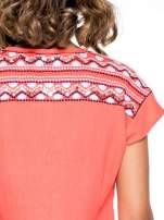 Czerwony t-shirt z haftem na plecach zdobionym cekinami