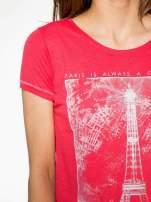 Czerwony t-shirt z nadrukiem wieży Eiffla