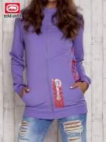 Fioletowa bluza z nadrukiem na kieszeniach