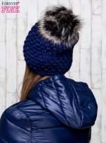 Granatowa czapka o grubym splocie z pomponem