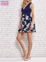 Granatowa sukienka z kwiatowym dołem i z suwakiem z tyłu