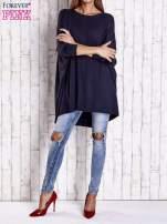 Granatowy długi sweter oversize z nietoperzowymi rękawami