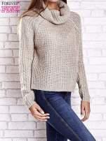 Jasnobeżowy sweter oversize z luźnym golfem