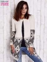 Jasnobeżowy sweter z geometrycznym wzorem i suwakami