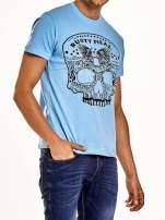 Jasnoniebieski t-shirt męski z nadrukiem czaszki i napisami