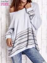 Jasnoniebieski włochaty sweter oversize z kolorową nitką