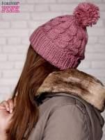 Jasnoróżowa dziergana czapka z pomponem
