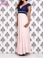 Jasnoróżowa sukienka maxi z koronkową górą i klamrą