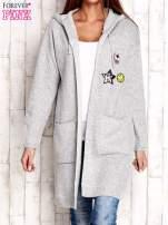 Jasnoszary wełniany sweter z naszywkami i kapturem