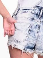 Jeansowe krótkie ogrodniczki marmurkowe z poszarpanymi nogawkami