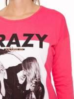 Koralowa bluzka z napisem CRAZY i nadrukiem fashionistek