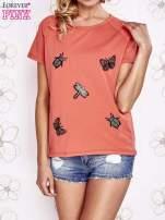 Koralowy t-shirt z aplikacją owadów