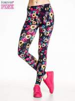 Kwiatowe legginsy w kolorze różowym