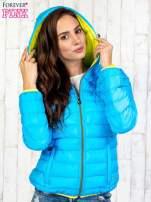 Niebieska pikowana kurtka z żółtym wykończeniem