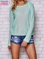 Niebieski błyszczący sweter z haftem sowy z tyłu