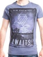 Niebieski t-shirt męski z nadrukiem NEW ADVENTURE AWAITS