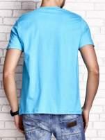 Niebieski t-shirt męski z nadrukiem czaszki i napisami