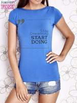 Niebieski t-shirt z napisem STOP DREAMING START DOING