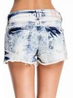 Niebieskie jeansowe szorty marmurki z poszarpaną nogawką