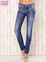 Niebieskie marmurkowe spodnie jeansy