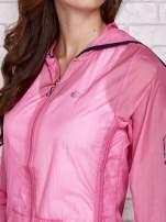 Różowa kurtka wiatrówka z czarnym wykończeniem
