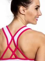 Różowy top sportowy z siateczką i skrzyżowanymi ramiączkami