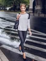Sweter w ecru-czarne paski ze wstawkami na ramionach imitującymi skórę