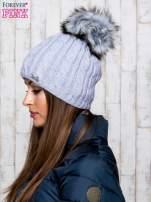 Szara czapka z warkoczowym splotem i futrzanym pomponem