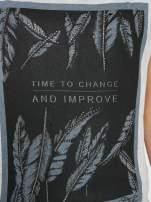 Szaro-czarny t-shirt  z nadrukiem piórek