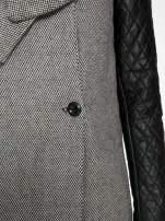 Szary melanżowy płaszcz  ze skórzanymi pikowanymi rękawami