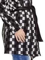 Szary szlafrokowy płaszcz w geometryczne wzory wiązany w pasie
