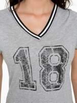 Szary t-shirt z numerem i sportową lamówką w stylu college